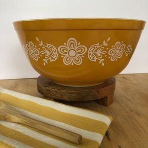 Vintage Pyrex Butterfly Gold 2.5 Quart Mixing Bowl